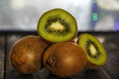 Φρέσκα σύνολο και μισά ακτινίδιων σε έναν μαύρο ξύλινο πίνακα Τα φρούτα ακτινίδιων είναι χρήσιμα Στοκ Εικόνα