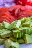 Φρέσκα τεμαχισμένα συστατικά του αβοκάντο, της ντομάτας και του κρεμμυδιού Στοκ φωτογραφία με δικαίωμα ελεύθερης χρήσης
