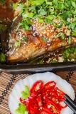 Φρέσκα τηγανισμένα ψάρια στο τηγάνισμα του τηγανιού με το sause, τσίλι Στοκ Φωτογραφία