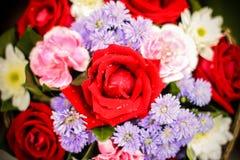 Φρέσκα τριαντάφυλλα στο βάζο με το bokeh Στοκ φωτογραφία με δικαίωμα ελεύθερης χρήσης