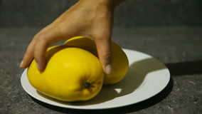 Φρέσκα τροπικά φρούτα στο πιάτο φιλμ μικρού μήκους