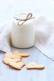 Φρέσκα υγιή γάλα και μπισκότα Στοκ εικόνες με δικαίωμα ελεύθερης χρήσης