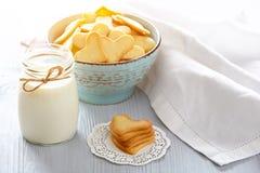 Φρέσκα υγιή γάλα και μπισκότα Στοκ Εικόνες