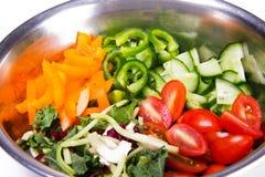 Φρέσκα, υγιή, οργανικά συστατικά για την κατασκευή της φυτικής σαλάτας Οι ντομάτες, αγγούρια, τα πράσινα και κίτρινα πιπέρια, ανά στοκ εικόνες