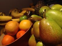 Φρέσκα, υγιή φρούτα που συσσωρεύονται στα κύπελλα Στοκ Εικόνα
