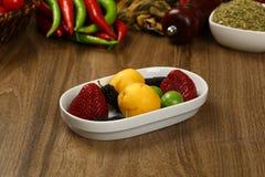 Φρέσκα υγιή φρούτα σε ένα πιάτο στοκ φωτογραφίες
