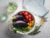 Φρέσκα υγρά θερινά λαχανικά σε ένα τρυπητό Στοκ εικόνα με δικαίωμα ελεύθερης χρήσης