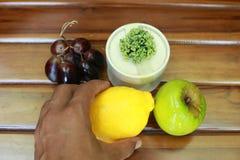 Φρέσκα υγρά φρούτα: λεμόνι, πράσινα μήλο και σταφύλια με τη διακόσμηση που απομονώνεται στο μαύρο υπόβαθρο Στοκ φωτογραφία με δικαίωμα ελεύθερης χρήσης