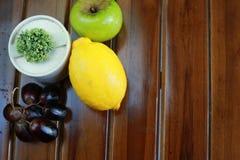 Φρέσκα υγρά φρούτα: λεμόνι, πράσινα μήλο και σταφύλια με τη διακόσμηση στο μαύρο υπόβαθρο Στοκ εικόνα με δικαίωμα ελεύθερης χρήσης