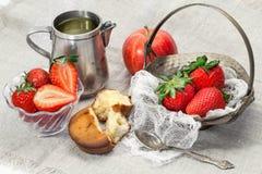 Φρέσκα φράουλα, μήλο και κέικ Στοκ Εικόνα