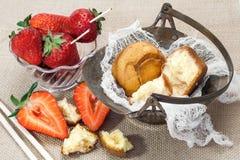 Φρέσκα φράουλες και κέικ Στοκ Εικόνες