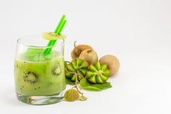 Φρέσκα φρούτα ακτινίδιων με το χυμό ακτινίδιων για το υγιές επιδόρπιο στοκ εικόνες με δικαίωμα ελεύθερης χρήσης