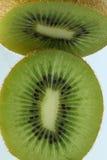 Φρέσκα φρούτα ακτινίδιων μισά Στοκ φωτογραφίες με δικαίωμα ελεύθερης χρήσης