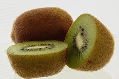 Φρέσκα φρούτα ακτινίδιων μισά Στοκ εικόνα με δικαίωμα ελεύθερης χρήσης