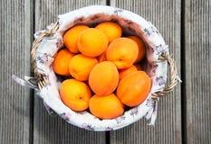 Φρέσκα φρούτα βερίκοκων σε ένα αγροτικά καλάθι στοκ φωτογραφίες με δικαίωμα ελεύθερης χρήσης