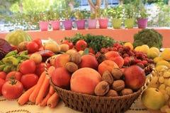 Φρέσκα φρούτα και λαχανικά σε έναν πίνακα Στοκ Εικόνες