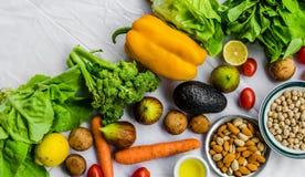 Φρέσκα φρούτα και λαχανικά, σιτάρια, και καρύδια σε ένα άσπρο υπόβαθρο Στοκ Εικόνες
