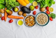 Φρέσκα φρούτα και λαχανικά, σιτάρια, και καρύδια σε ένα άσπρο υπόβαθρο Στοκ εικόνα με δικαίωμα ελεύθερης χρήσης