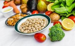 Φρέσκα φρούτα και λαχανικά, σιτάρια, και καρύδια σε ένα άσπρο υπόβαθρο Στοκ Εικόνα