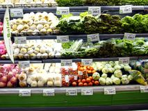 Φρέσκα φρούτα και λαχανικά στα ράφια ενός παντοπωλείου Στοκ φωτογραφία με δικαίωμα ελεύθερης χρήσης