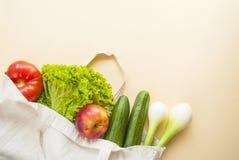 Φρέσκα φρούτα και λαχανικά στην τσάντα βαμβακιού στοκ εικόνα