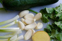 Φρέσκα φυσικά συστατικά που μπορούν να χρησιμοποιηθούν για να αρωματίσουν οποιαδήποτε τρόφιμα Στοκ Εικόνες