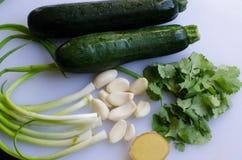 Φρέσκα φυσικά συστατικά που μπορούν να χρησιμοποιηθούν για να αρωματίσουν οποιαδήποτε τρόφιμα Στοκ Φωτογραφίες