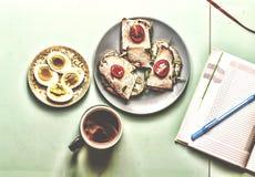 Φρέσκα φύλλα σπανακιού μωρών Συστατικά για τη σαλάτα σπανακιού με το υγιές πρόγευμα αυγών ορτυκιών Στοκ φωτογραφίες με δικαίωμα ελεύθερης χρήσης