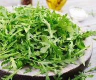 Φρέσκα φύλλα του arugula σε ένα κύπελλο Στοκ Φωτογραφία