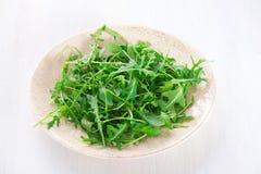 Φρέσκα φύλλα arugula στο πιάτο Στοκ φωτογραφία με δικαίωμα ελεύθερης χρήσης