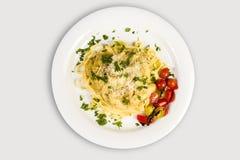 Φρέσκα χειροποίητα ζυμαρικά tagliatelle με τη δασική σαλάτα μανιταριών, ντοματών μαϊντανού και κερασιών Στοκ φωτογραφία με δικαίωμα ελεύθερης χρήσης