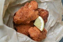 Φρέσκα ψάρια και τσιπ με τη φέτα λεμονιών Στοκ εικόνες με δικαίωμα ελεύθερης χρήσης