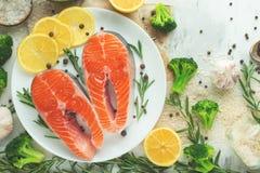 Φρέσκα ψάρια, μπριζόλες σολομών με τα λαχανικά Επίπεδος-βάλτε Τοπ άποψη, νόστιμα και υγιή τρόφιμα στοκ εικόνες