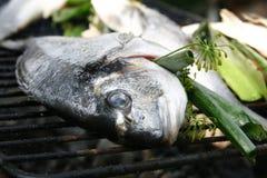 Φρέσκα ψάρια που προετοιμάζονται για το μαγείρεμα στη σχάρα 4 Στοκ Φωτογραφίες
