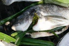 Φρέσκα ψάρια που προετοιμάζονται για το μαγείρεμα στη σχάρα 3 Στοκ Εικόνες