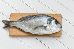 Φρέσκα ψάρια dorado στον ξύλινο τέμνοντα πίνακα Στοκ φωτογραφία με δικαίωμα ελεύθερης χρήσης
