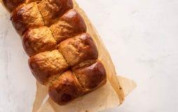 Φρέσκα ψημένα νόστιμα γλυκά brioches, κουλούρια, φραντζόλες, γαλλικό ψωμί που απομονώνεται στο άσπρο υπόβαθρο στοκ φωτογραφίες με δικαίωμα ελεύθερης χρήσης