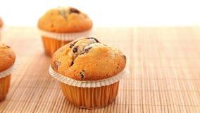 Φρέσκα ψημένα muffins με τη σοκολάτα απόθεμα βίντεο