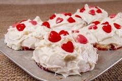 Φρέσκα ψημένα muffins, τήξη, τηγάνι, καρδιές καραμελών στοκ εικόνα με δικαίωμα ελεύθερης χρήσης