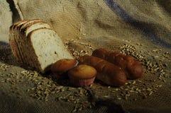 Φρέσκα ψωμί και muffin για το υγιές πρόγευμα Στοκ Εικόνα
