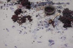 Φρέσκα ώριμα ιώδη μαύρα elderberries συμπίεσαν και πίεσαν και elderberry χυμός στοκ φωτογραφίες
