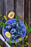 Φρέσκα ώριμα μπλε δαμάσκηνα στο πιάτο Στοκ Εικόνες