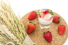 Φρέσκα ώριμα φράουλα και γιαούρτι Στοκ Εικόνες