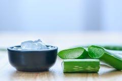 Φρέσκα aloe φύλλα της Βέρα με aloe το χυμό της Βέρα στο κύπελλο Στοκ εικόνες με δικαίωμα ελεύθερης χρήσης