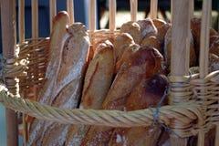Φρέσκα baguettes σε ένα καλάθι γαλλικό εικονίδιο στοκ φωτογραφίες