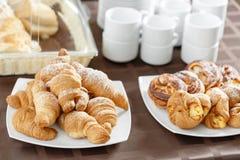 Φρέσκα croissants στο άσπρο πιάτο Γαλλική παραδοσιακή ζύμη Πρόγευμα στο ετερογενές μείγμα ξενοδοχείων Στοκ Εικόνα