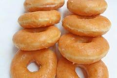 Φρέσκα donuts στο κιβώτιο της Λευκής Βίβλου στοκ φωτογραφίες