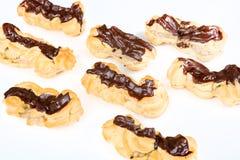 Φρέσκα eclairs με την κρέμα καφέ εσωτερική και τη σοκολάτα Στοκ Εικόνες