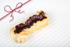 Φρέσκα eclairs με την κρέμα καφέ εσωτερική και τη σοκολάτα Στοκ φωτογραφίες με δικαίωμα ελεύθερης χρήσης