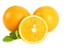 Φρέσκα juicy πορτοκάλια με τα φύλλα Στοκ Εικόνες